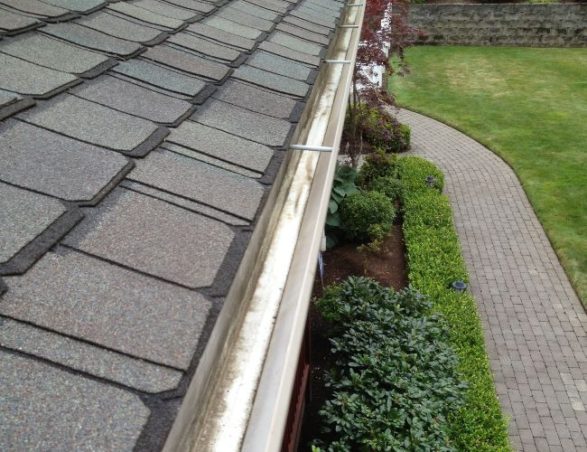 Another perfectly cleaned gutter after the cleaning is done.